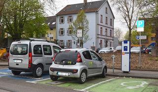 Ab Montag ziehen die Carsharing-Fahrzeuge und die E-Ladesäule von der Herderstraße an ihre neuen Standorte in Kehl um.