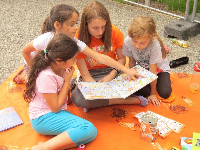 Durch die Spende können in den Sommerferien zwei Wochen lang Jugendliche auf Offenburger Spielplätzen Kindern Geschichten vorlesen.