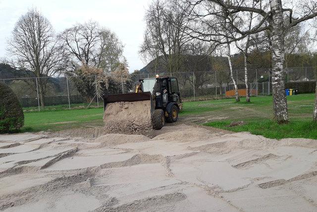 Das Beachvolleyballfeld im Oberkircher Freibad bekam neuen Sand.