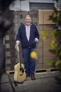 Ob Umzugskartons oder Gitarre: Peter Ganatz ist mit Leib und Seele dabei.