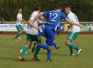 """Der FV Schutterwald (weißes Trikot) behielt seine """"weiße Weste"""" im Waldstadion und gewann gegen Oberachern II."""