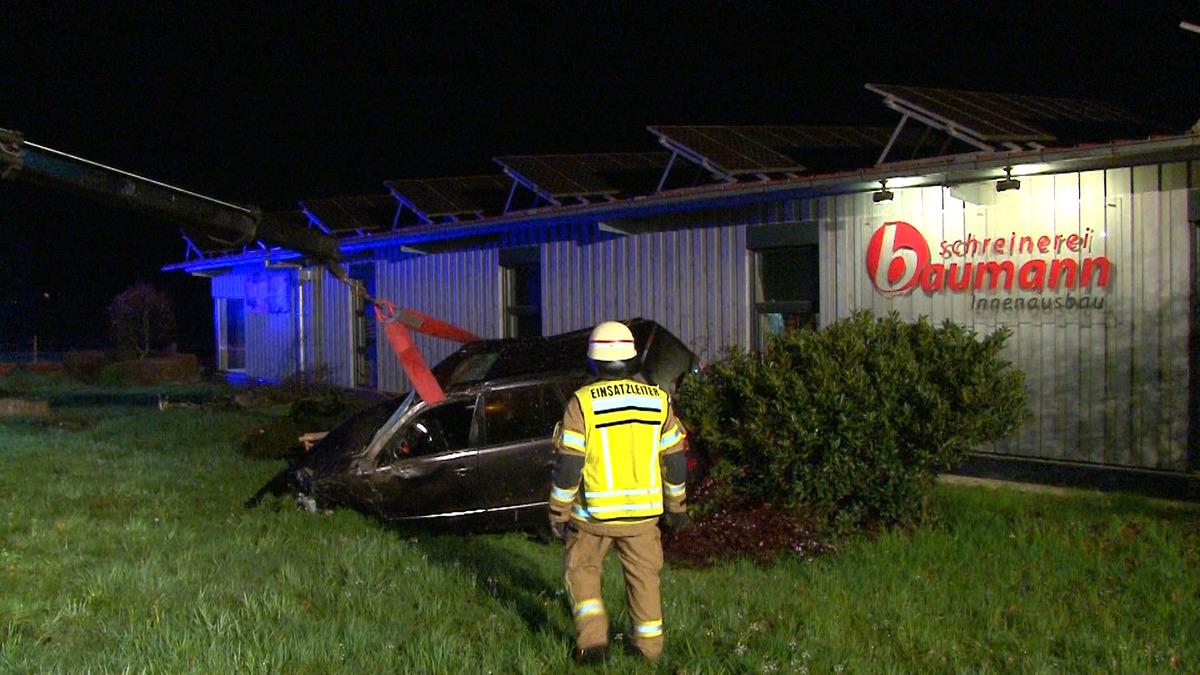 Im Gebüsch vor dem Firmengebäude blieb das Auto stehen und musste mit einem Kran geborgen werden.