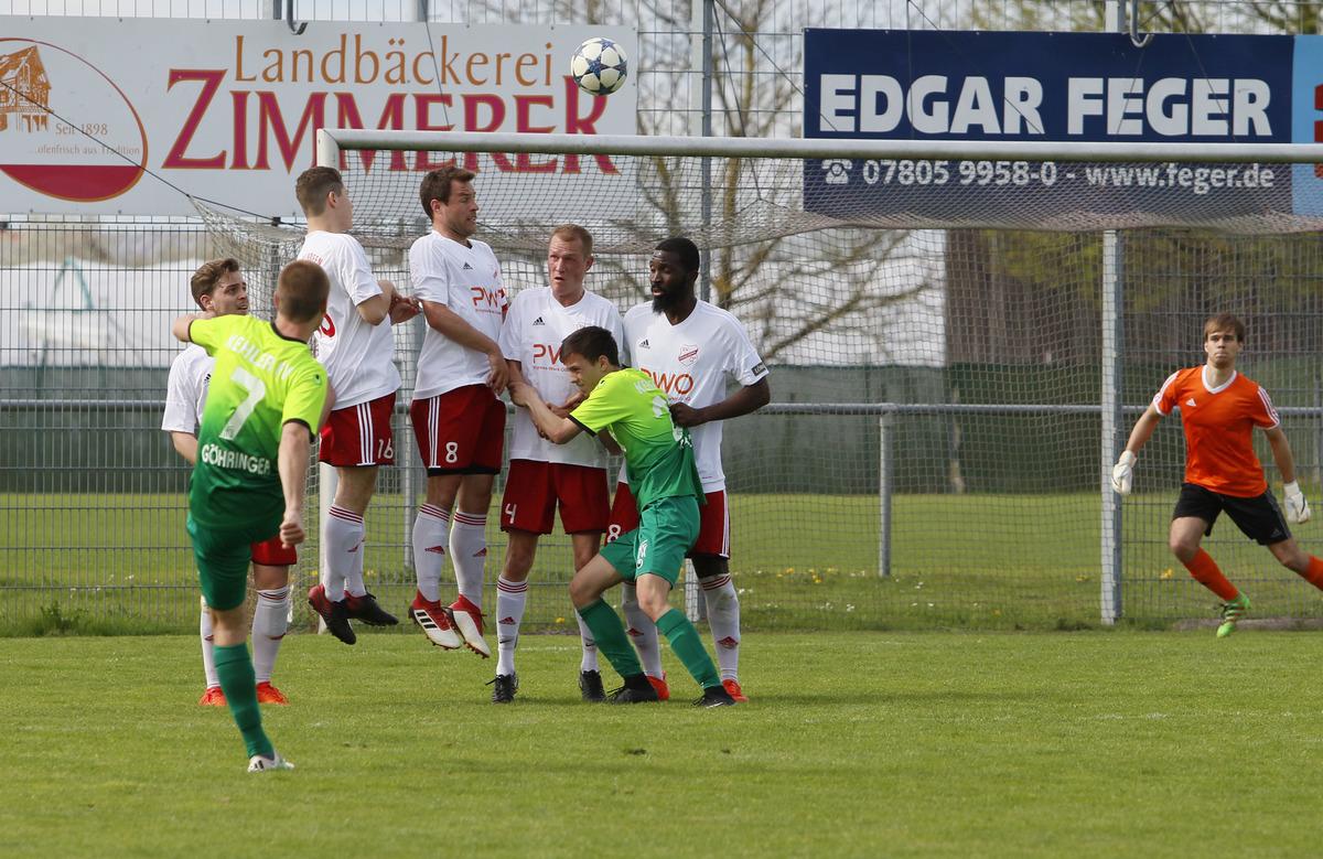 Alle Abwehrversuche halfen nichts: der SV Stadelhofen (weißes Trikot) hatte gegen den Kehler FV keine Chance.