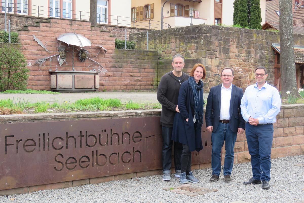 Freuen sich auf die 15. Seelbacher Freilichtspiele (v. l.): Christian Hauser, Katja Thost-Hauser, Bürgermeister Thomas Schäfer und Hauptamtsleiter Siegfried Kohlmann
