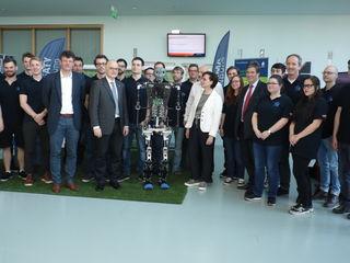 """Die Offenburger Roboterfußball-Teams """"Sweaty"""" und """"Magma"""" starten in die Saison 2018. Diese wurde von der Hochschule Offenburg mit einem Empfang mit vielen Ehrengästen sowie natürlich dem Roboter Sweaty eröffnet."""