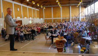 Beim großen Landfrauentag in Fischerbach bot Thomas Drach ein verblüffendes Gehirn-Training.