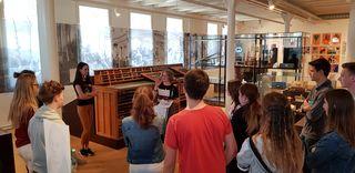 Die Schüler des Geschichtsneigungskurses des Scheffel-Gymnasium Lahr entdeckten die Stadtgeschichte im neuen Museum in der ehemaligen Tonofenfabrik.