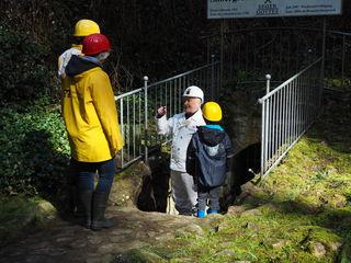 Mit Helm und Gummistiefeln geht es ins Besucherbergwerk.