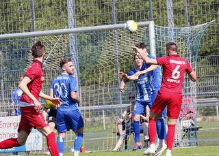 Der SV Oberachern (blaues Trikot) behielt im Heimspiel gegen den Bahlinger SC mit 1:0 knapp die Oberhand.