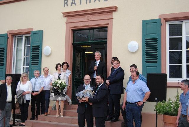 Haslachs Bürgermeister Philipp Saar gratuliert im Namen der Raumschaft dem neuen Hofstetter Rathauschef Martin Aßmuth (vorne links). Blumen erhielt auch Ehefrau Simone Aßmuth (fünfte von links).
