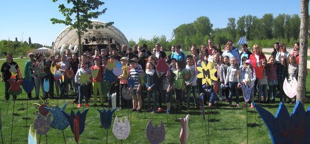 """Am Freitag wurden 500 Inklusionsblumen, die von Schülern aus Lahr gestaltet wurden, auf dem Weg zum Seeparkgelände """"gepflanzt""""."""