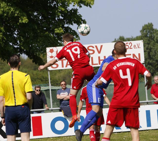 Das Bild täuscht. Nicht der SV Stadelhofen (rotes Trikot), sondern der SV Endiingen hatte die Lufthoheit.
