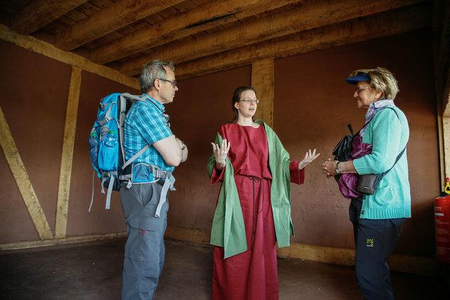 Archäologin Bérénice Jayme führt Besucher durch das römische Streifenhaus.