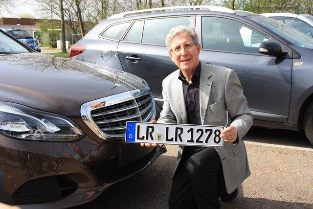 OB Wolfgang G. Müller präsentierte schon vor vier Jahren stolz das LR-Kennzeichen.
