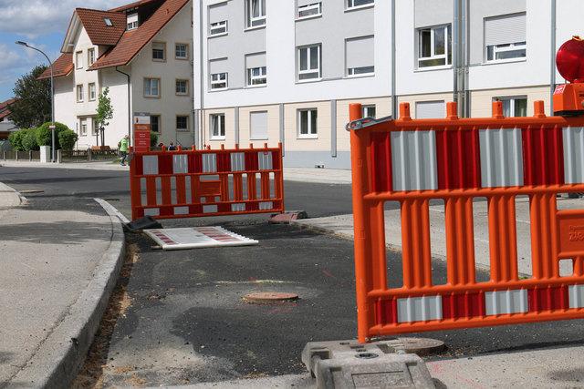 Am Mittwochabend wird die Straße mit neuem Asphalt für den Verkehr freigegeben.