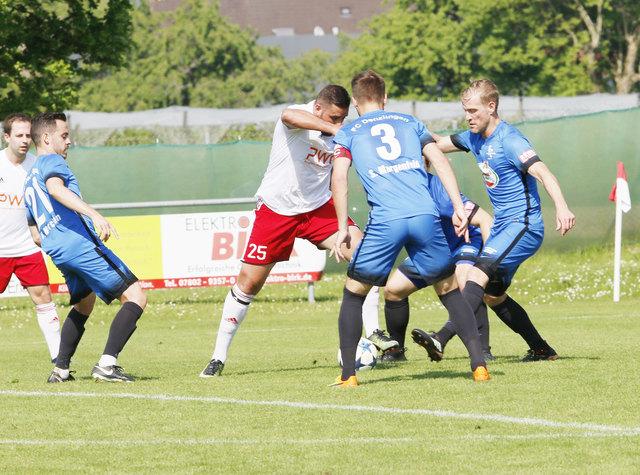 Stadelhofens Valon Salihu (weißes Trikot) schoss zwar ein Tor, doch das war gegen den FC Denzlingen einfach zu wenig.