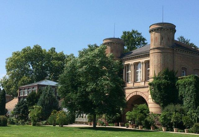 Flanieren im fürstlichen Lustgarten mit beeindruckendem Gewächshaus