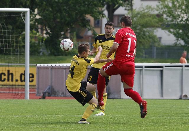 Der SV Oberkirch (gelbes Trikot) kämpfte mit großem Einsatz gegen Bühlertal und trotzte dem Favoriten ein Unentschieden ab.