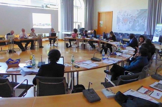 Teilnehmende des Arbeitstreffens der AG Kommunale Entwicklungspolitik im großen Sitzungssaal im Rathaus II in Lahr