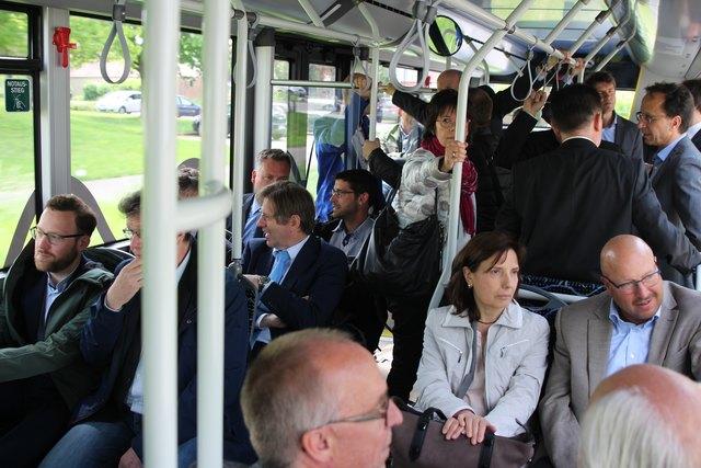 Zum Thema Elektromobilität im öffentlichen Nahverkehr reisen die Teilnehmer der Tagung im Bus.