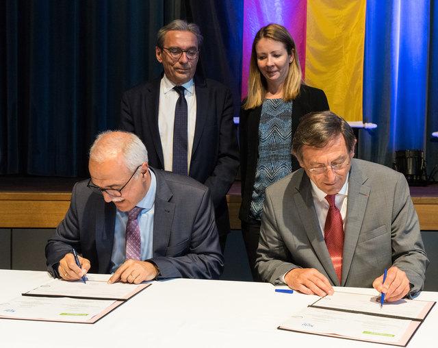 Vertragsunterzeichnung zur Nutzung der Mediatheken: der Kehler Oberbürgermeister Toni Vetrano und der Präsident der Eurométropole de Strasbourg, Robert Herrmann (im Vordergrund)