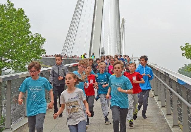 """Die Kinder überquerten beim grenzüberschreitenden """"Kilomètre Solidarité"""" die Passerelle des deux Rives."""