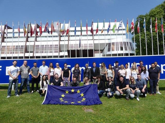 """Passend zum Thema """"Europa"""" besuchten die Teilnehmenden der Bundesstudierendenkonferenz (BSKöD) den Europarat in Straßburg und nahmen an einem Fachvortrag mit anschließender Fragerunde teil."""