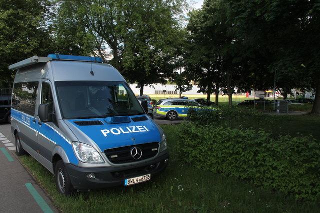 Mit einem Großaufgebot und einer Straßensperre reagierte die Polizei auf einen Streit unter Gästen einer Trauerfeier.