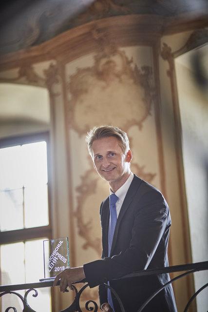 Professor Matthias Bärtl in den historischen Gemäuern des Klosters in Gengenbach mit seinem Hochschullehrpreis.