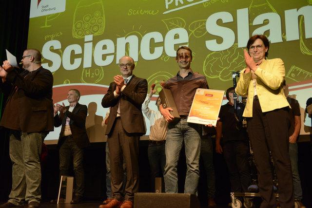"""Freuen sich bei der Siegerehrung des """"Professoren-Science-Slam"""" (v. l.): Hochschulrektor Winfried Lieber, Gewinner Daniel Kray und Oberbürgermeisterin Edith Schreiner"""