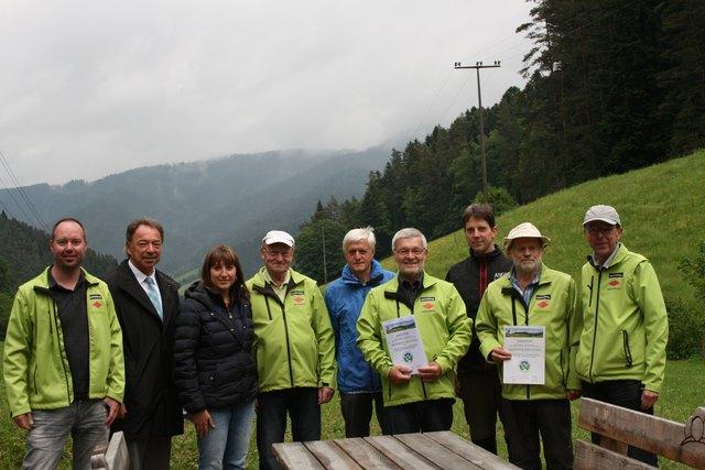 Bürgermeister Siegfried Eckert (2.v. l.), die Leiterin der Tourist-Info Sonja Heizmann (3. v. l.), der Vorsitzende der Gutacher Ortsgruppe des Schwarzwaldvereins, Werner Blum (2. v. r.), und Werner Hillmann, Vizepräsident des Schwarzwaldvereins (4. v. r.) freuen sich mit Wegekarten und Gründstückseigentümern.