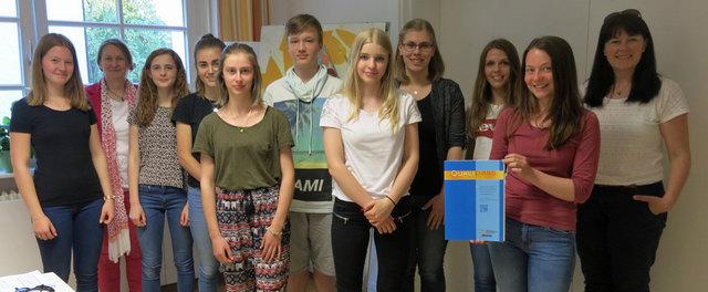 Die frisch gebackenen Babysitter mit den Betreuerinnen, Beate Bleyer-Hansert und Melanie Frühe