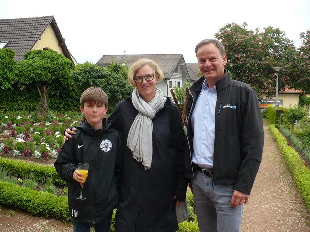 Gewinnerin Jutta Haller-Whelan und Sohn Luke wurden von Landrat Frank Scherer im Ettenheimer Prinzengarten begrüßt.