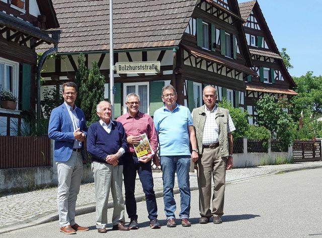 Bürgermeister Marco Steffens, Richard Schwab, Verein für Legelshurster Ortsgeschichte, Klaus Gras, Michael Bergmann und Hermann Bass, beide vom Verein für Legelshurster Ortsgeschichte (v. l.), erinnern an die Ortschaft Bolzhurst, die im 30-jährigen Krieg zerstört wurde.
