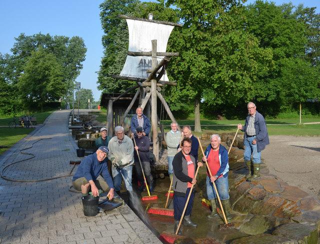 Die Wasserband-Senioren reinigen zweimal die Woche den Wasserspielplatz und suchen dringend Verstärkung.