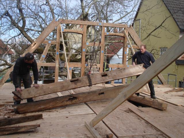Stück für Stück wurde die alte Scheune in Kippenheimweiler abgebaut. Im kommenden Jahr soll er neben der Kaiserswaldhalle wieder aufgebaut werden.